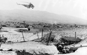 Helicóptero francés sobrevolando la zona de Dien Bien Phu en 1954.
