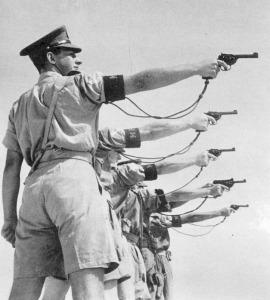 Tanquistas británicos utilizando revólveres Enfield No.2 Mk I copia directa del Webley 38.