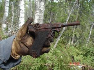 Pistola Luger P08 encontrada encontrada en algún bosque (no sabría decir donde)