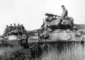 """Tanques franceses M24 """"Chaffe"""" de fabricación estadounidense."""