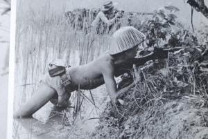 Guerrilleros vietnamitas apostados en un arrozal.
