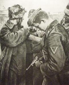 Soldado de la División Totenkopf de las Waffen SS sostiene una Luger P08
