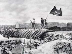 Soldados del Viet Minh colocan la bandera de Vietnam en Dien Bien Phu.