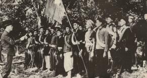 En un principio, el Viet-Minh usaba tácticas guerrilleras contra las guarniciones francesas.