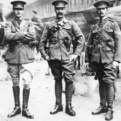 Oficiales británicos con sus revólveres Webley mentidos en la funda.