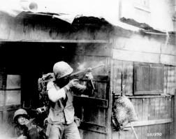 Soldado norteamericano dispara su subfusil M3 cerca de Incheon.