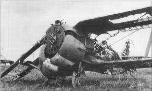 """Polikarpov I-153 """"Chaika"""" destruido tras el inicio de la invasión alemana en 1941."""