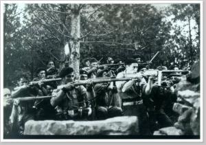 Voluntarios belgas durante la Guerra Civil Española. Uno de ellos porta un subfusil RU-35 o SI-35.