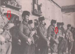 Soldados de la Columna Fantasma de Uribarri. Dos de ellos van armados con subfusiles RU-35 o SI- 35.
