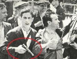 Miliciano durante la Guerra Civil sostiene una pistola Astra 400.