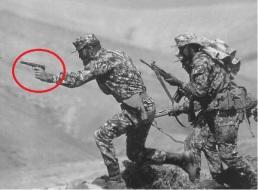 Legionarios españoles al asalto durante la década de 1960, el suboficial o oficial lleva una Astra 400.
