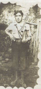 Guerrillero anti-franquista asturiano porta un subfusil Labora en la posguerra.