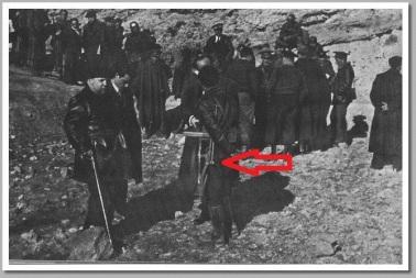 Prieto durante una visita al frente de Teruel conversa con unos oficiales, uno de ellos porta un subfusil Labora.