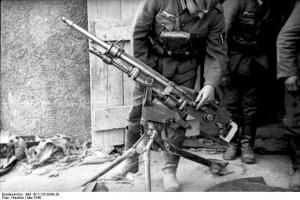 Frankreich, Soldat (frz.?) MG untersuchend