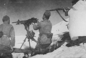 Soldados griegos durante los ataques italianos utilizan una ametralladora M1907.
