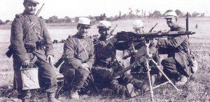 Soldados franceses entrenando con una ametralladora Puteaux APX M1905. Ambas ametralladoras tenían una cadencia de 25 a 600 disparos por minuto.