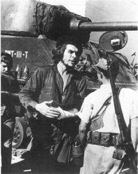 """Guerrillero cubano al lado del """"Che"""" Guevara armado con un fusil Springfield M1903."""