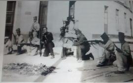 Soldados mexicanos toman posiciones en Veracruz, abril de 1914.