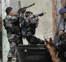 Agente del BOPE brasileño porta una ametralladora ligera Madsen a comienzos del siglo XXI.