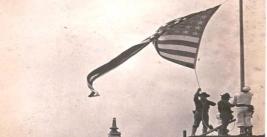 Los marines estadounidenses izan la bandera en el puerto de Veracruz.