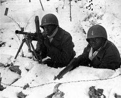Tropas senegalesas francesas en las Ardenas (1944-45), uno de ellos equipado con un Springfield M1903.